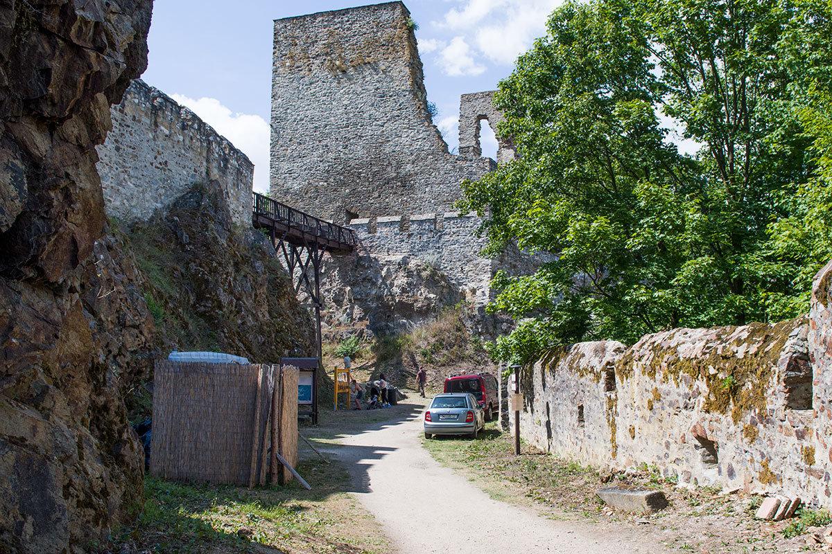 Вход в центральную башню (донжон) замка Корнштейн осуществлялся по деревянному мосту с высокими опорами.