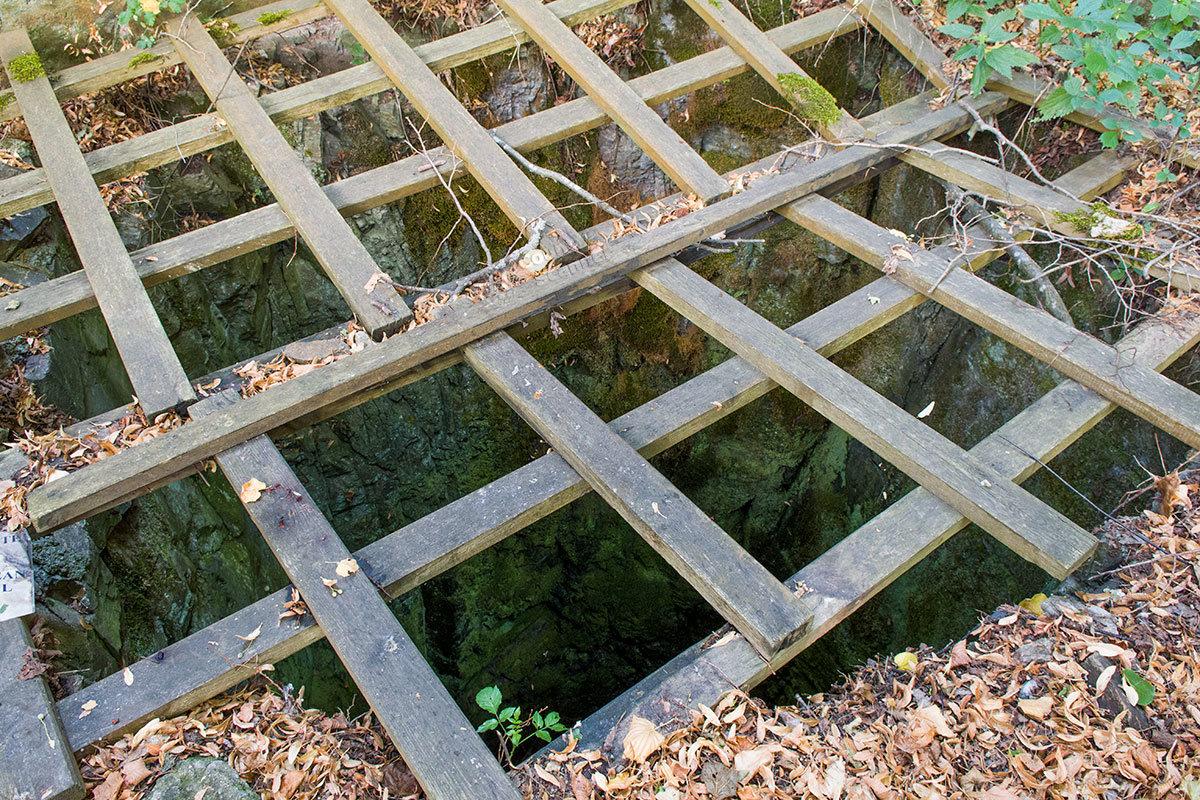 Деревянной решеткой из штакетника перекрыт один из оборонительных рвов на территории замка Корнштейн.