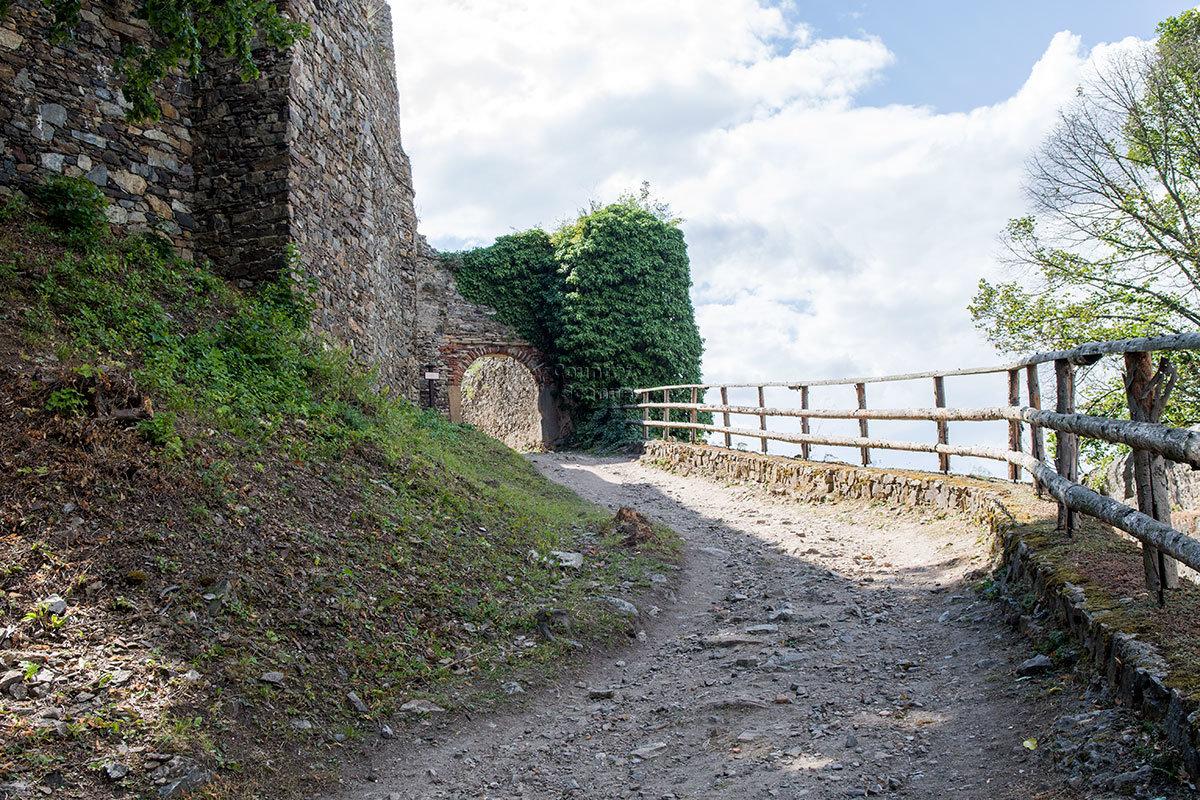 Крутой обрыв скалы, на которой разместился замок Корнштейн, надежно огражден крепким деревянным забором.