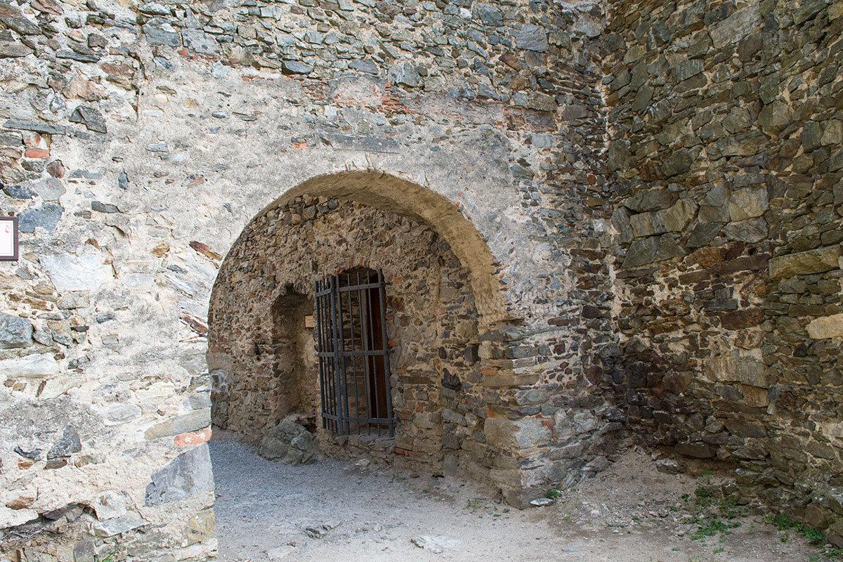 Стены и арочные проемы замка Корнштейн сложены из бесформенных каменных глыб, скрепленных кладочным раствором.