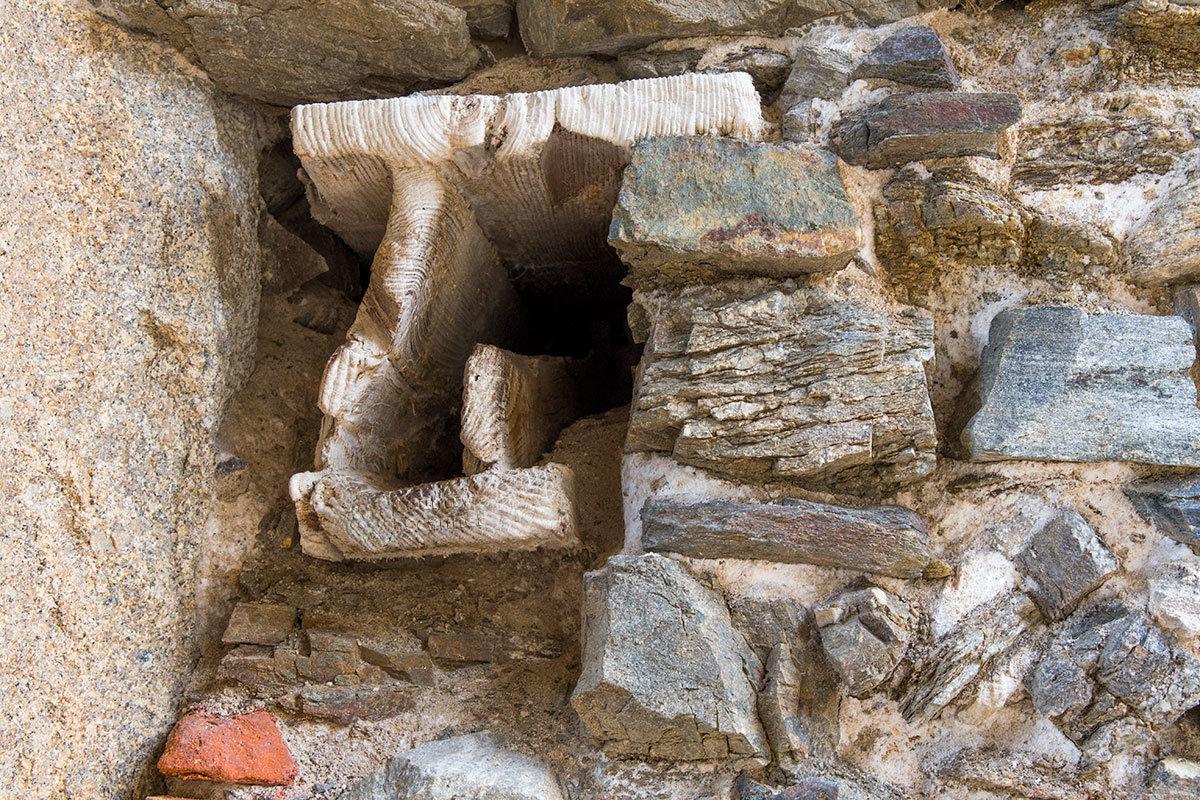 Закладная деталь в стеновой кладке замка Корнштейн изготовлена из гигантского древесного ствола, сохранились годовые кольца.