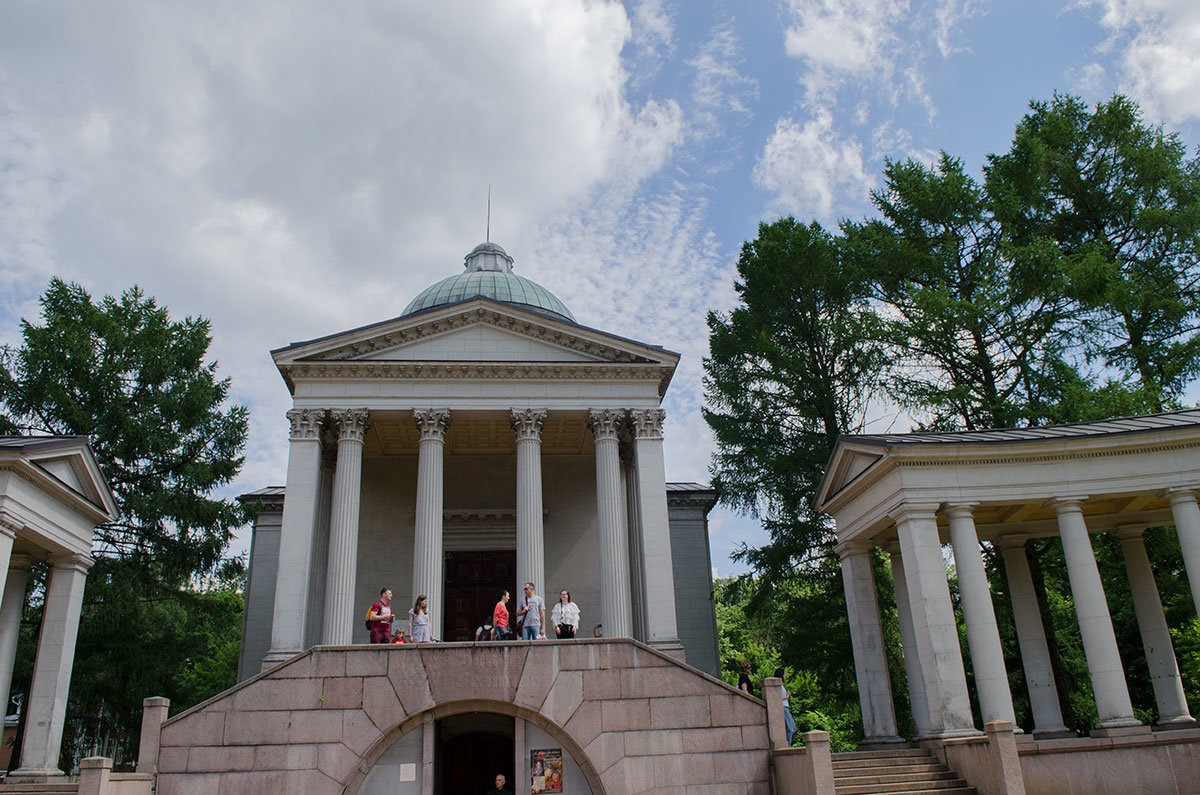 От церковного здания храма-усыпальницы Колоннада отходят дуги крытых галерей, образованных двумя рядами колонн.