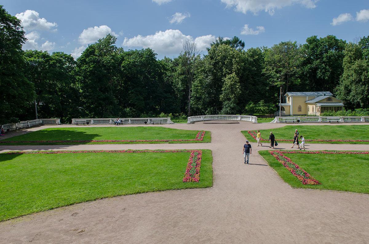 Территория, прилегающая к храму-усыпальнице Колоннада, поддерживается обслуживающим персоналом в идеальном состоянии.