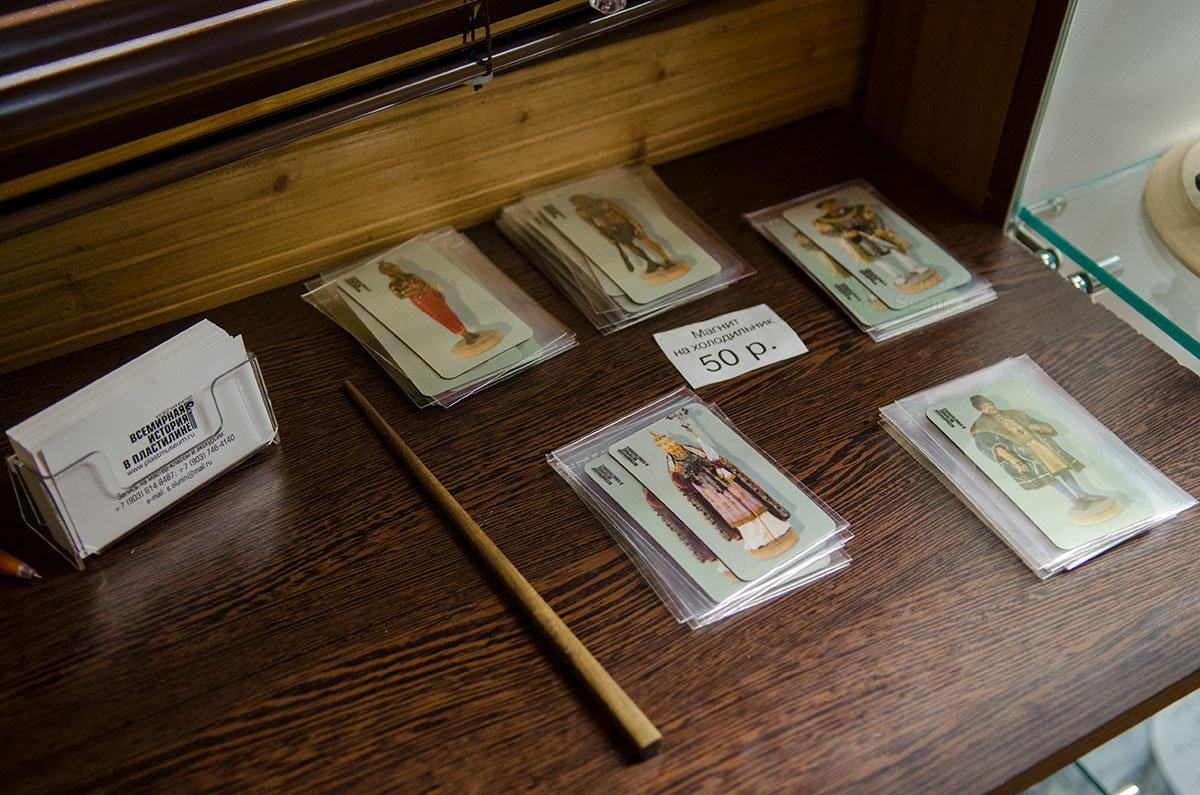 Пластиковые магнитики для холодильников музей пластилиновой миниатюры производит с изображениями своих экспонатов.
