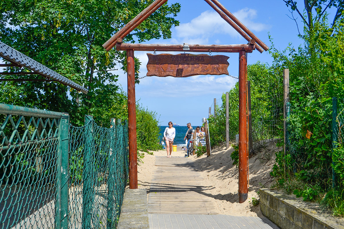 Один из проходов на пляж Желитково показан для примера, таких огороженных дорожек здесь оборудовано несколько.