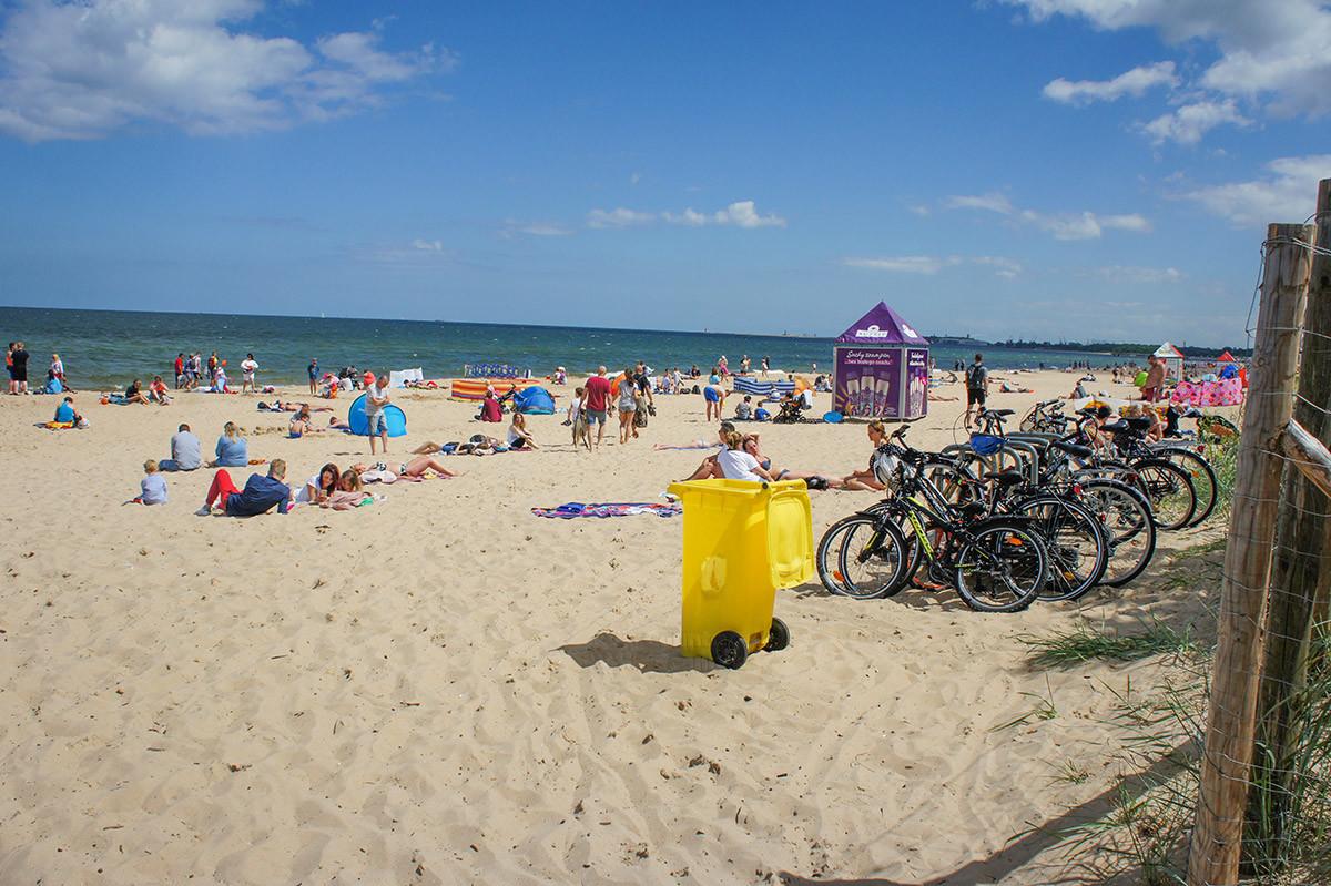 Пляж Желитково хотя и бесплатен для посещения, но оснащен кабинками для переодевания и мусорными контейнерами.