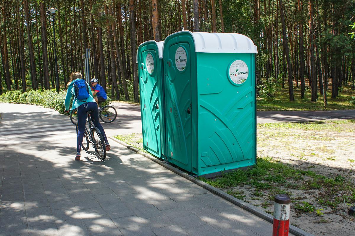 Для посещающих пляж Желитково и прилегающий парк возле каждого прохода к морю установлены биотуалеты.