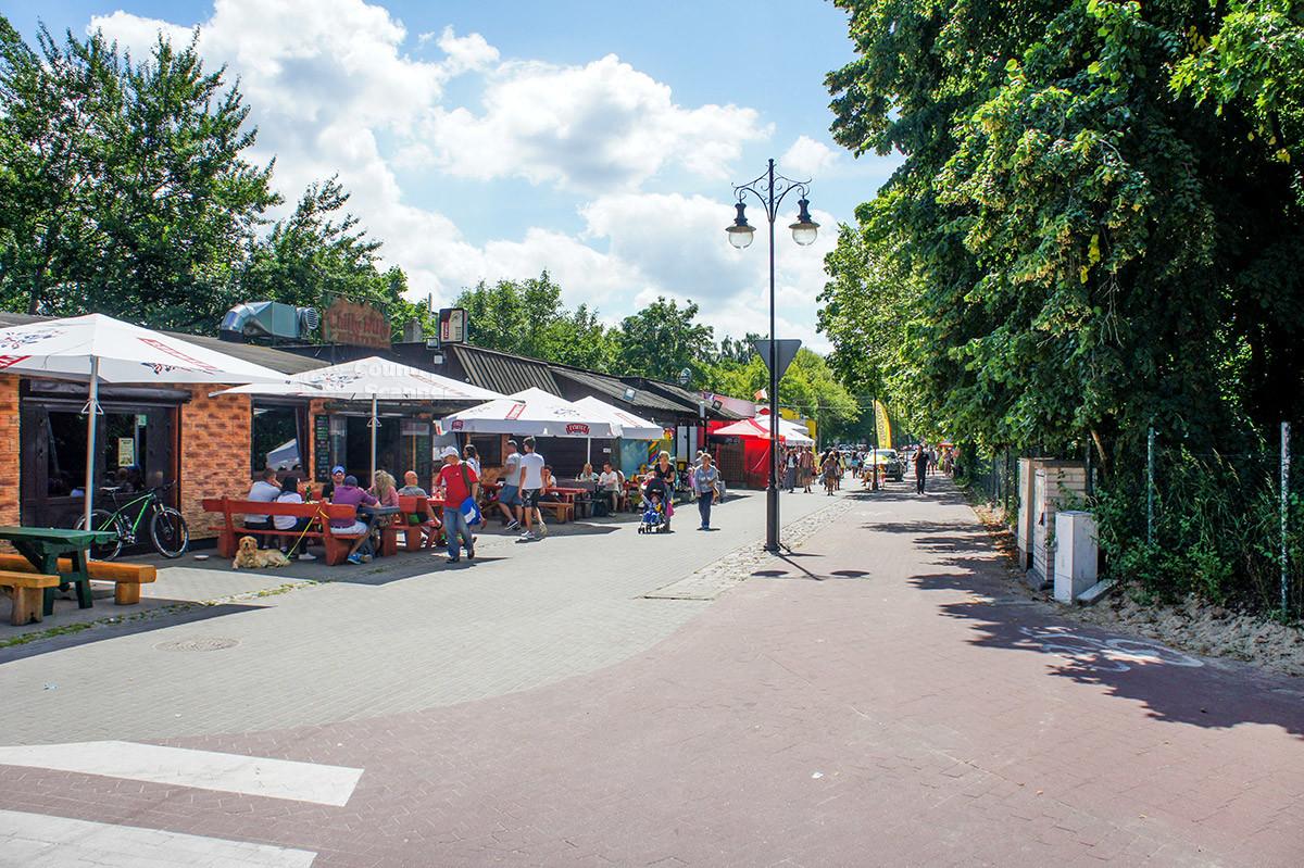 Главная улица, ведущая на пляж Желитково, изобилует торговыми точками общественного питания для отдыхающих.