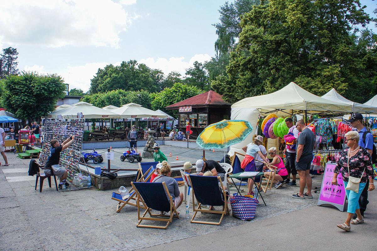 В непосредственной близости от пляжа Желитково расположился мини-рынок с полным ассортиментом товаров для отдыха.