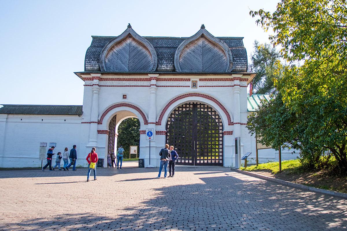 zadnie-vorota-v-kolomenskom-countryscanner-1.jpg