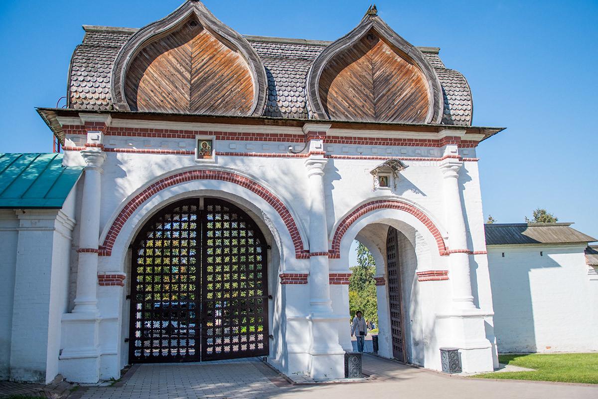 Спасские ворота в Коломенском оборудованы большим проемом для конных повозок, для пешеходов предназначена отдельная калитка.