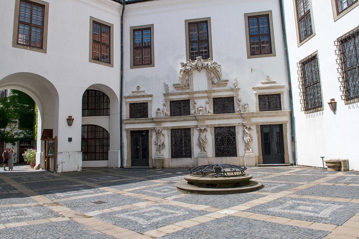 Перед входом во внутренние покои замка Микулов несколько корпусов смыкаются и образуют уютный дворик.