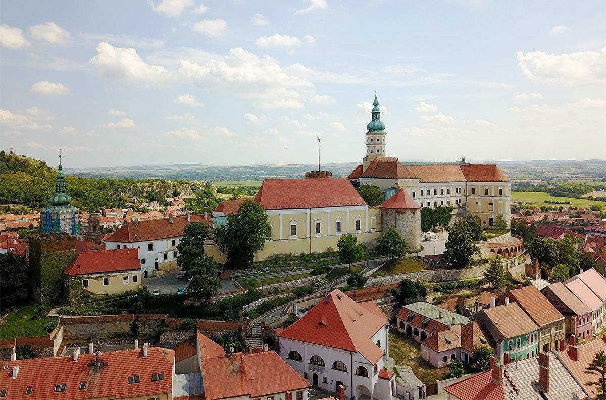 С западной стороны замок Микулов окружен крепостной стеной, за которой параллельно выстроились дома горожан.