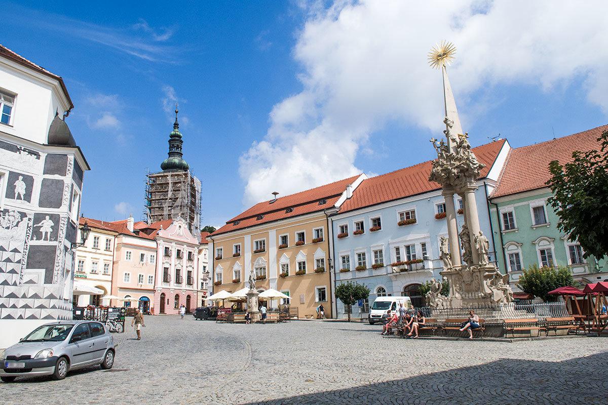 Центральная городская площадь с фонтаном и колонной Святой Троицы, разрисованным домом и ремонтируемым храмом соседствует с замком Микулов.