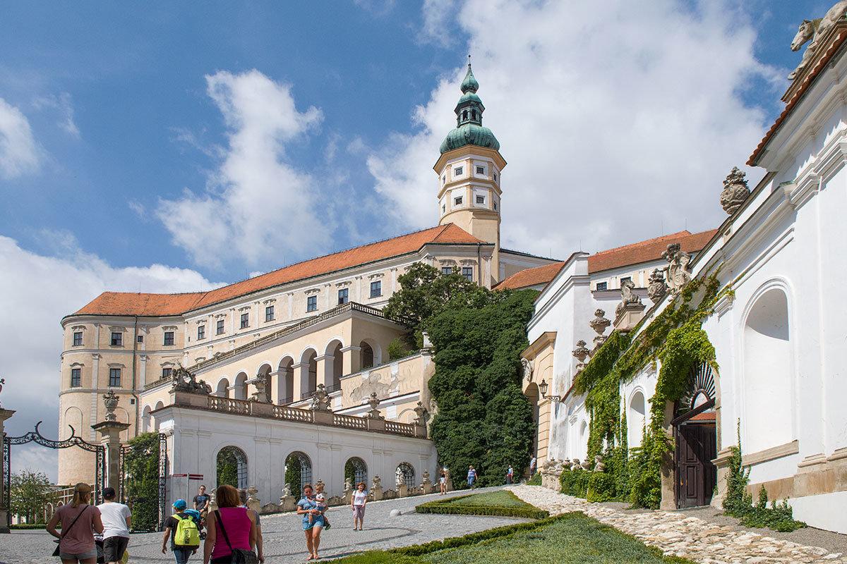 Северный вход в замок Микулов пролегает среди арочных стен, украшенных вазами и балюстрадами.