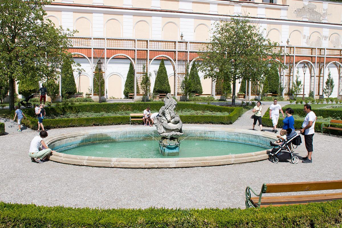 Центральный фонтан с восточной стороны главного здания замка Микулов – центр симметрии паркового комплекса.