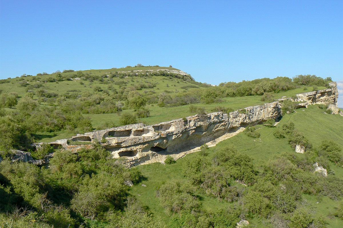 Бакла. Пещеры на склоне.