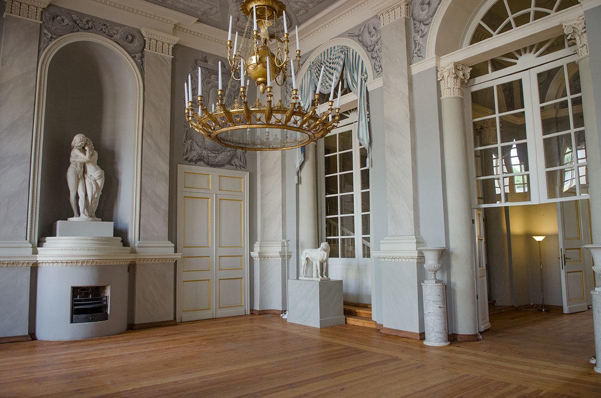 Осматривать Большой дворец в Архангельском посетители начинают из вестибюля, которым открывается центральная анфилада.