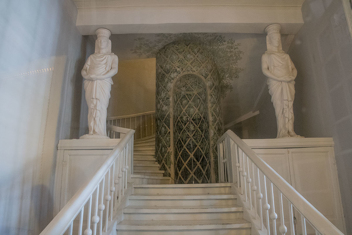 Из-за реконструкции лестниц аванзала Большого дворца в Архангельском фотографмровать пришлось через стекло.