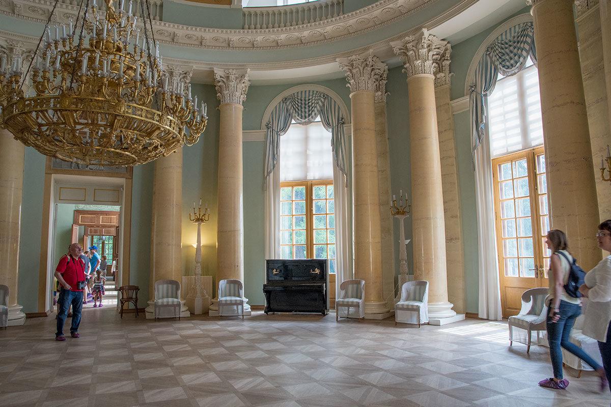 Овальный зал центральной анфилады – самое значимое помещение во всем Большом дворце в Архангельском.