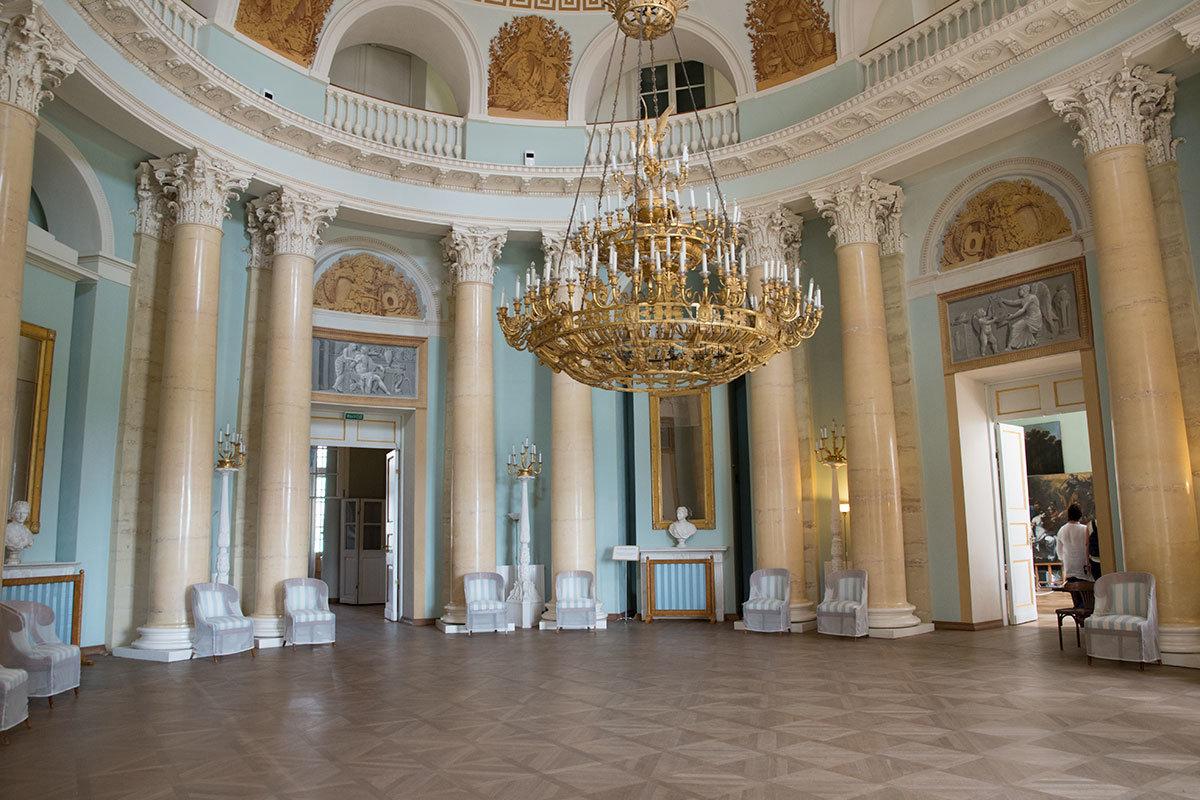 Все значительные торжества, организуемые в Большом дворце в Архангельском, непременно проводились в Овальном зале.