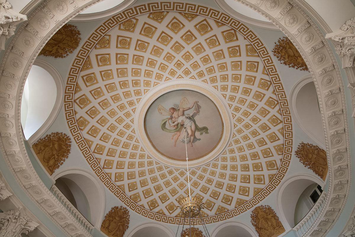Красочная роспись купола Овального зала Большого дворца в Архангельском, освещаемая через арочные проемы, притягивает взоры.