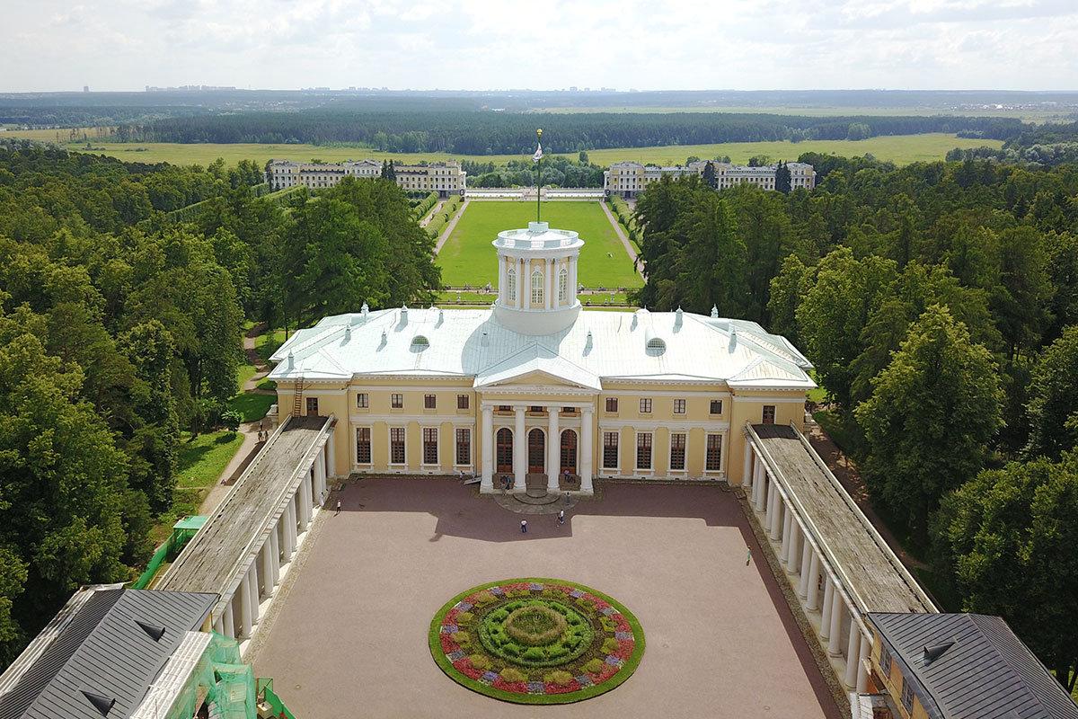 Большой дворец в Архангельском расположен в окружении прекрасных парков всех существующих ландшафтных типов.