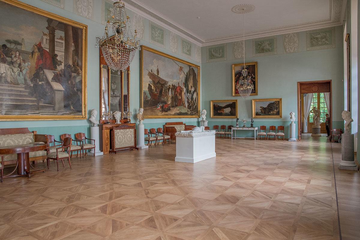 Большой дворец в Архангельском хранит и демонстрирует крупную коллекцию живописных произведений итальянца Тьеполо.