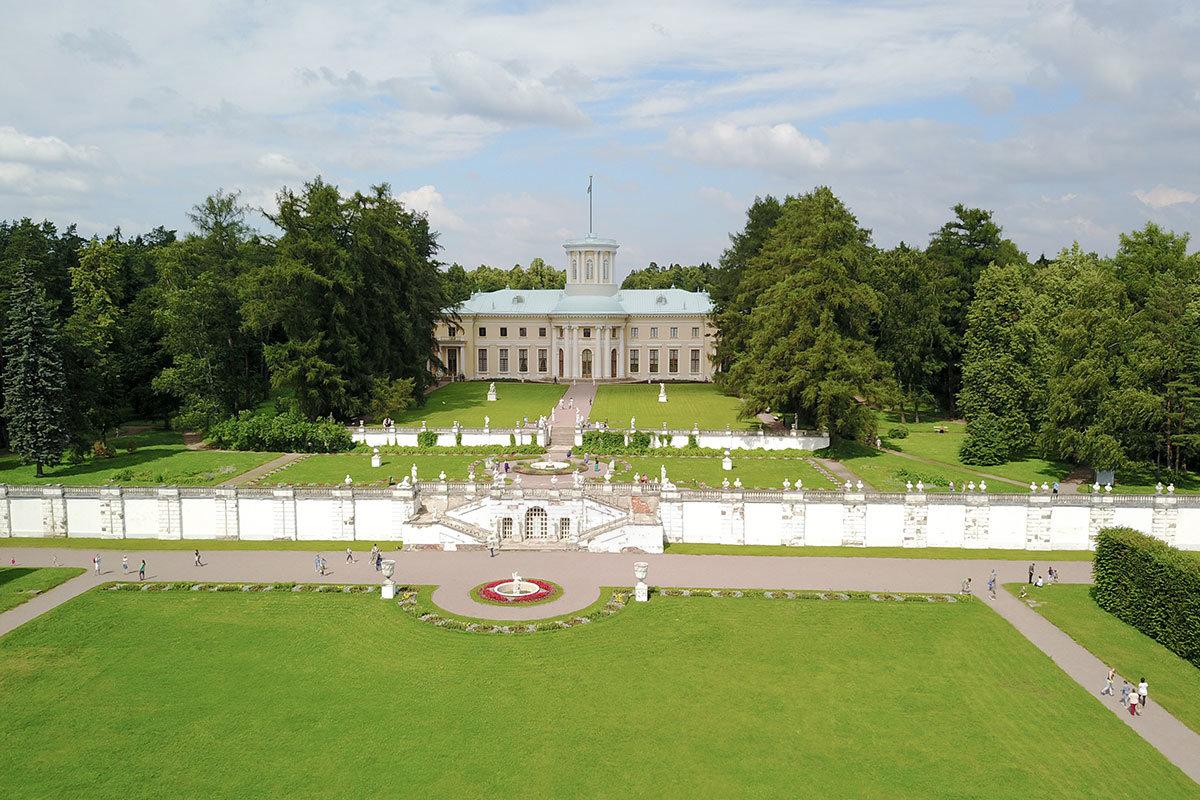 Со стороны Москвы-реки и санатория Министерства обороны Большой дворец в Архангельском выглядит великолепно на фоне террас.