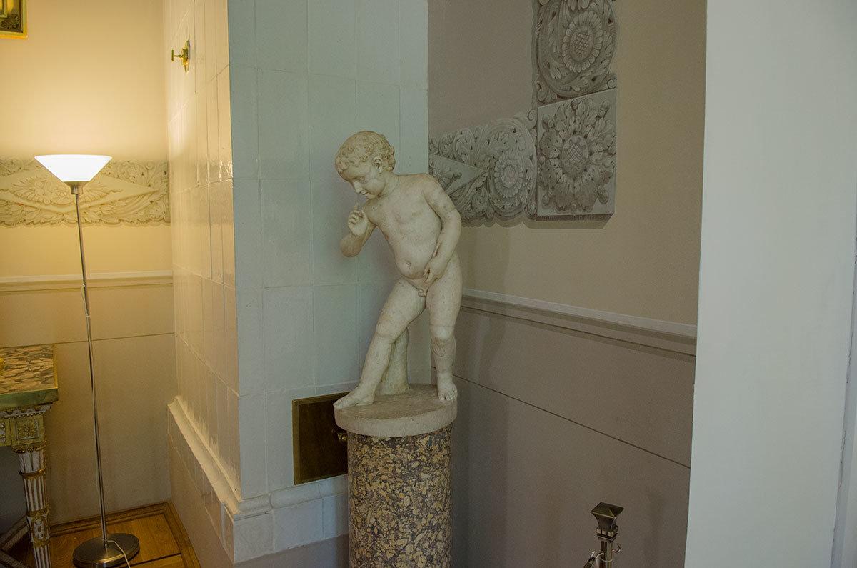 Подлинная скульптура первого века нашей эры – мраморный Амур, сохранившийся в Антиковом зале Большого дворца в Архангельском.