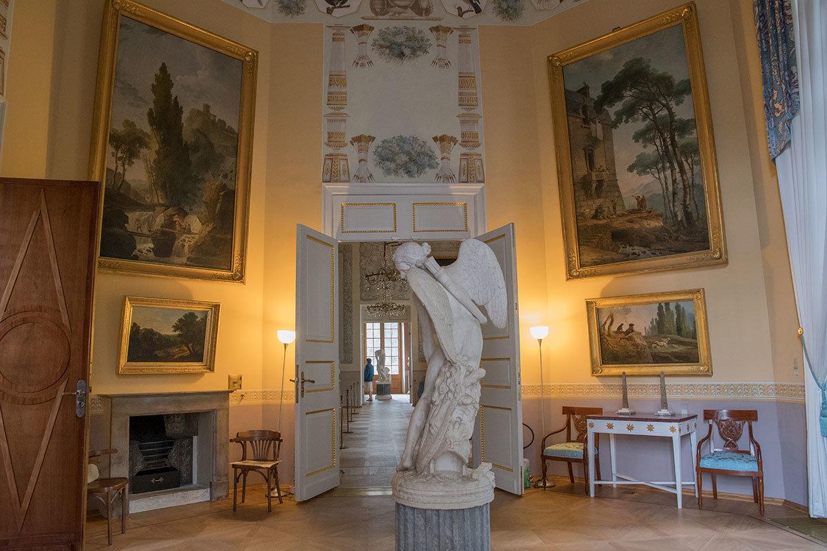 В центре северного зала Юбера Робера Большого дворца в Архангельском размещена скульптура Амура, делающего лук из палицы Геркулеса.