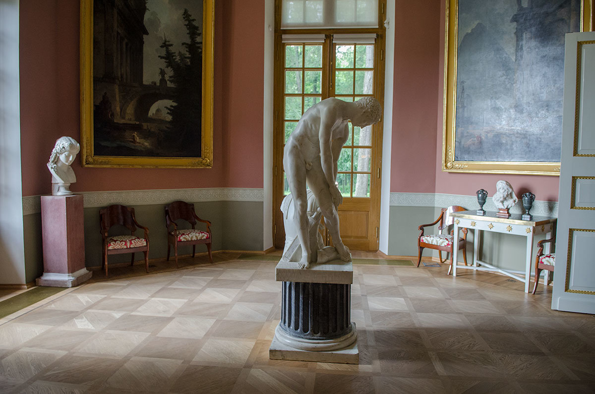 В южном зале Робера Большого дворца в Архангельском установлена скульптура воина, одевающего доспехи, выполненная Эмилем Вольфом.