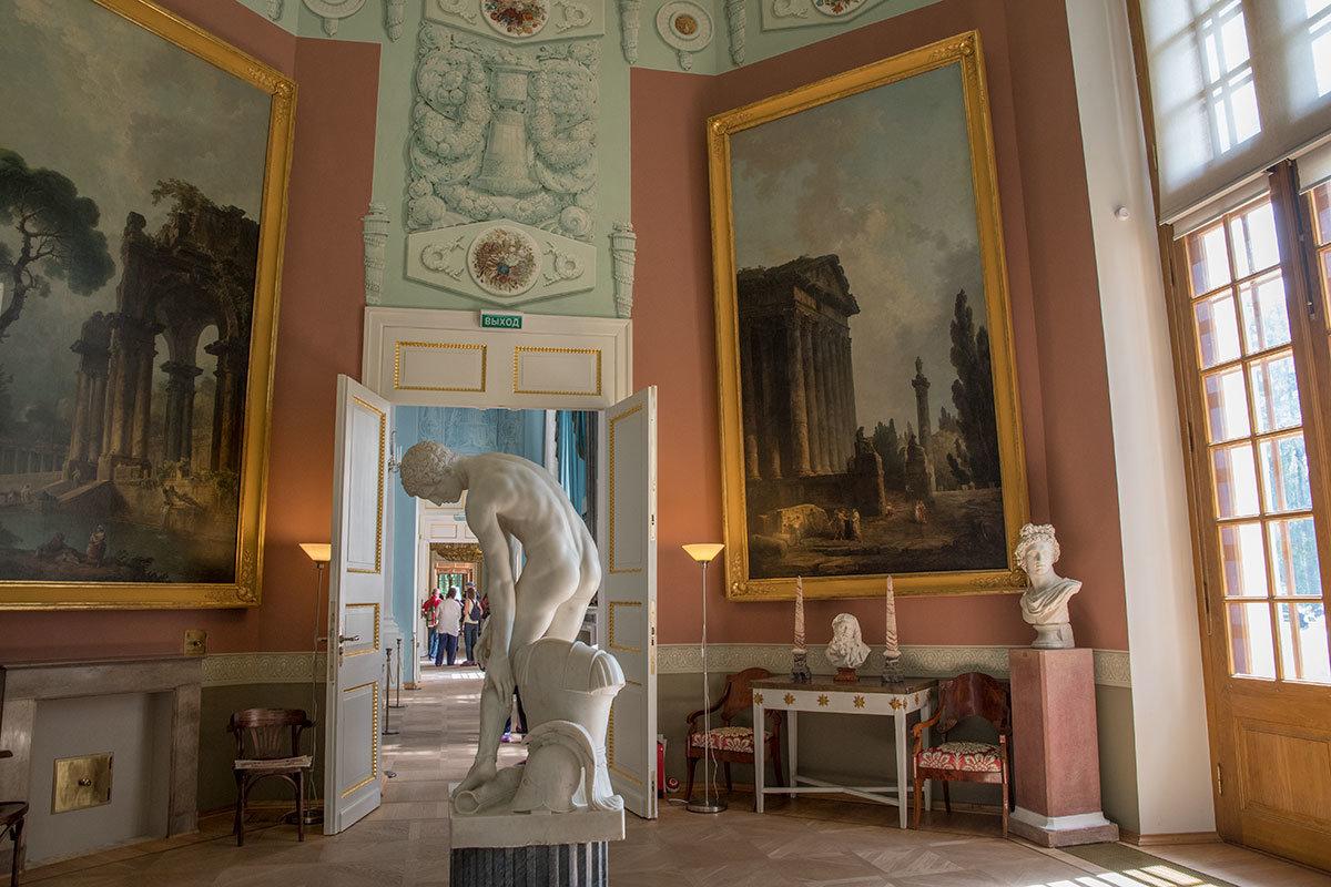 Как и некоторые другие помещения Большого дворца в Архангельском, залы Робера оформлены с использованием техники гризайль.