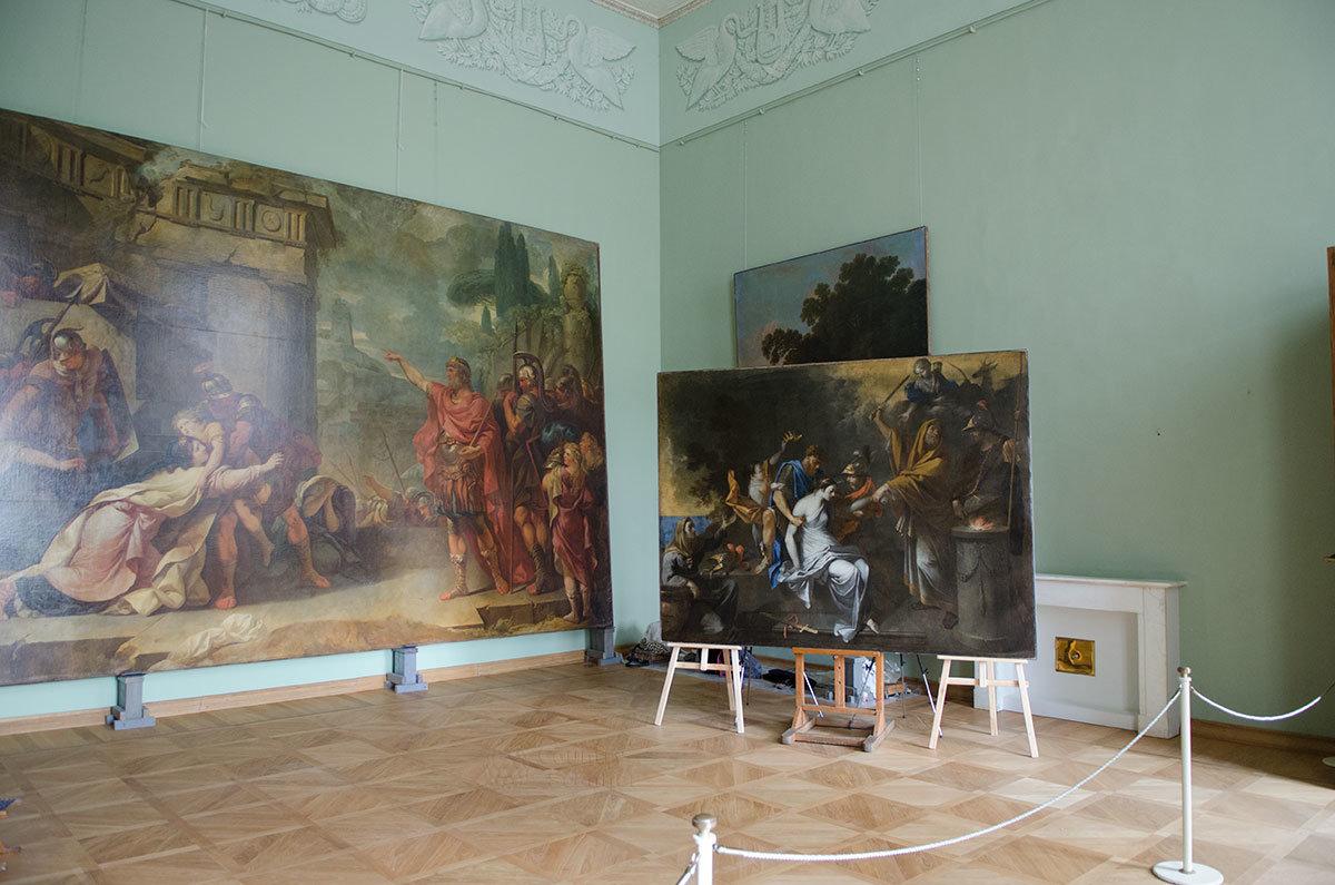 Амуровая комната Большого дворца в Архангельском используется для возвращения исправленных картин в их снятые рамы.