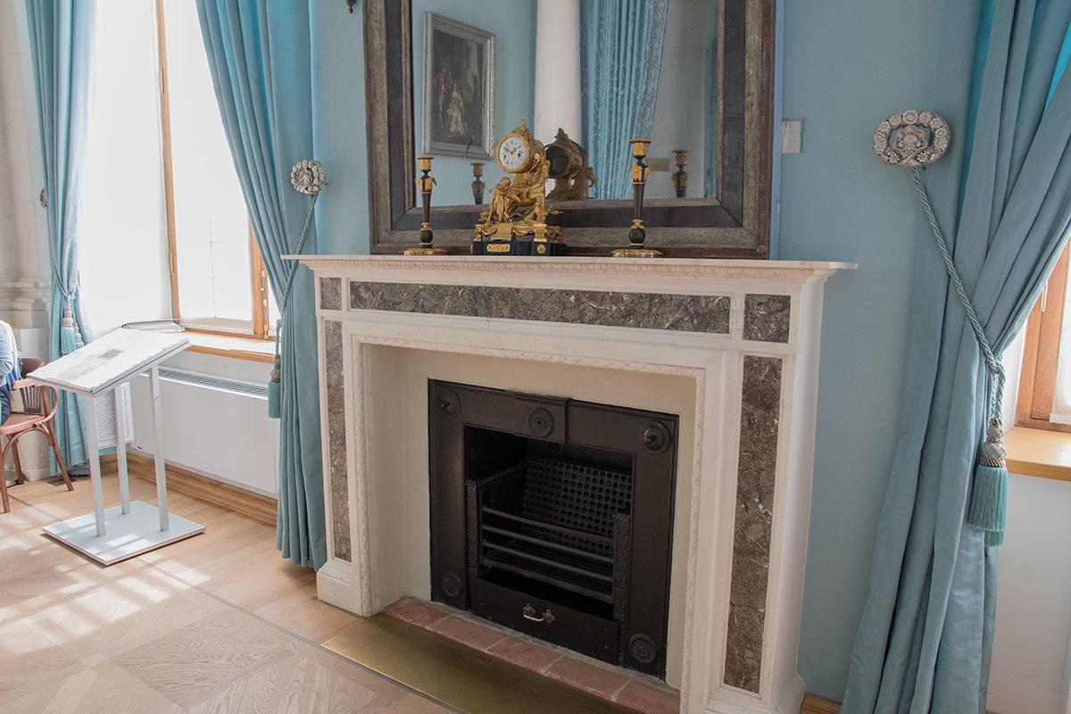 Камин парадной спальни Большого дворца в Архангельском – скорее декоративное дополнение к зеркалу, ведь по сторонам кровати еще две печки.