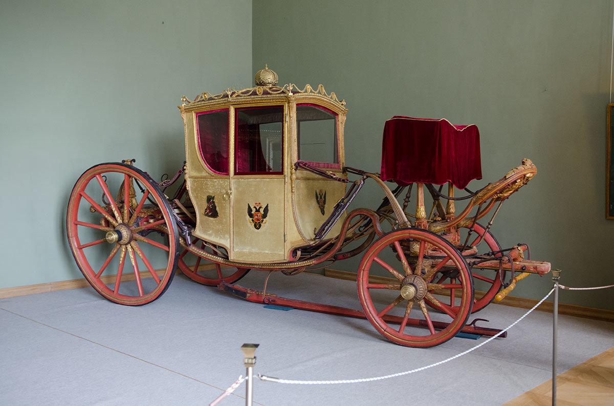 Большой дворец в Архангельском хранит и карету Екатерины Великой, пожалованную князю Юсупову лично Николаем Первым.