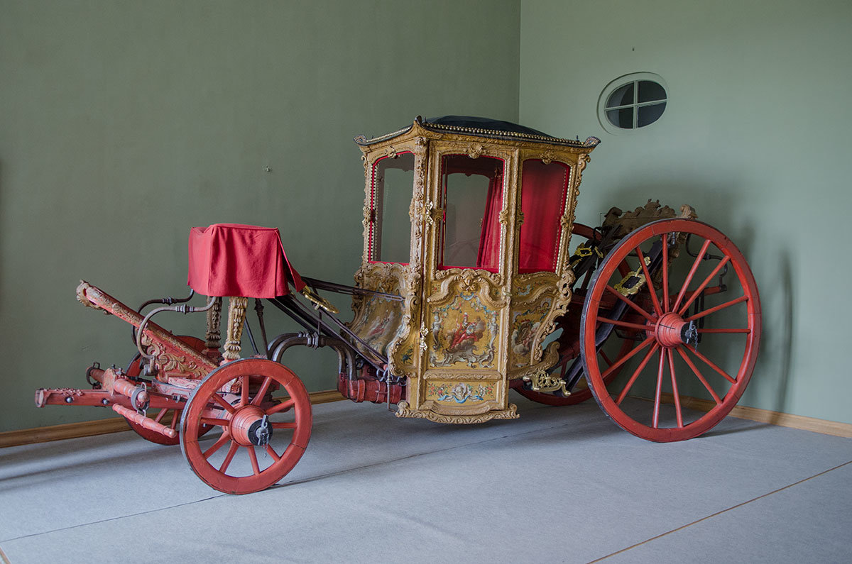 Карета немецкого мастера, изготовленная в 1720-х годах, выставлена в Салоне Большого дворца в Архангельском.