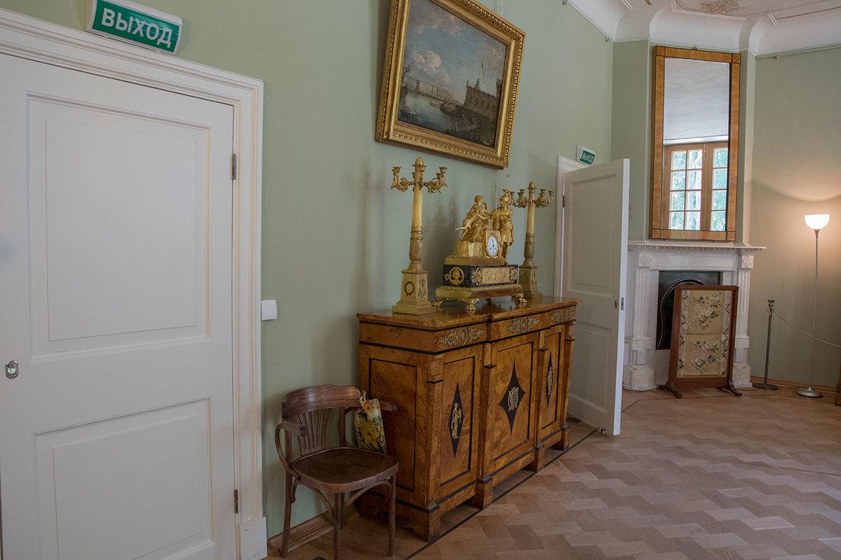 Фрагмент меблировки княжеского рабочего кабинета Большого дворца в Архангельском – комод с бронзовыми часами и подсвечниками.