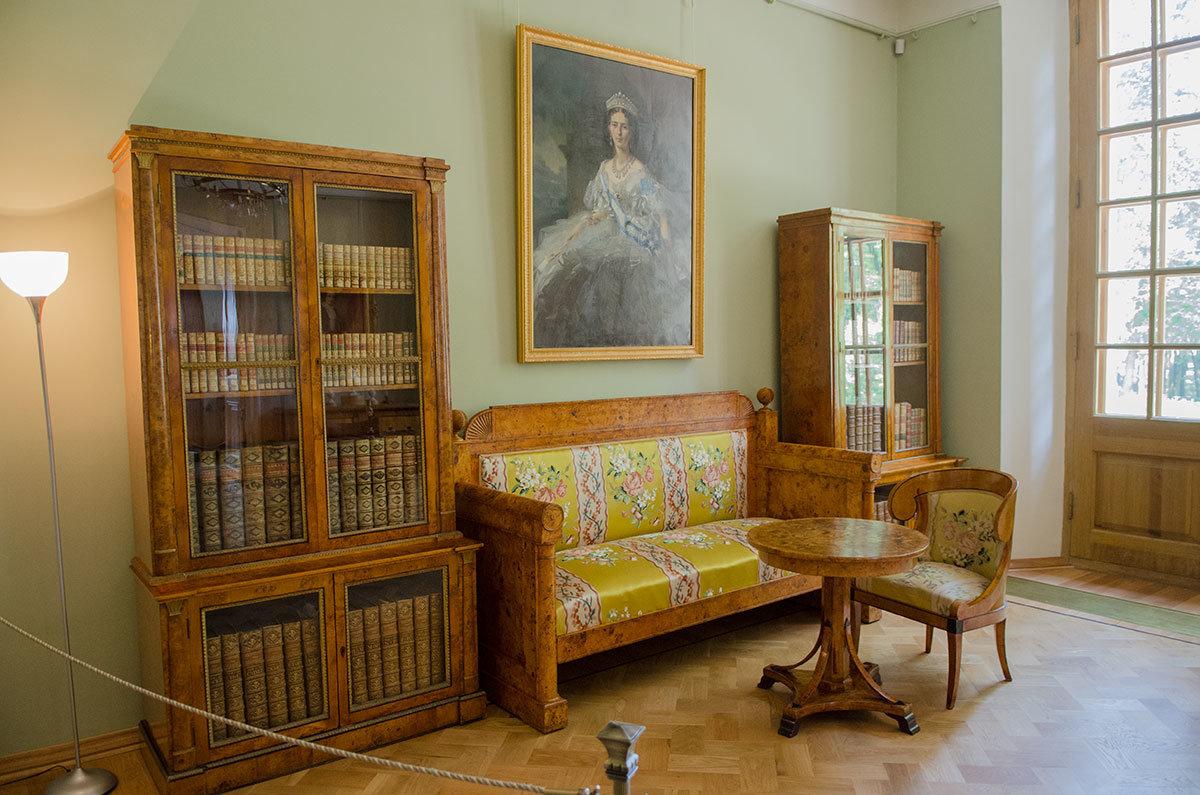 Меблировка княжеского рабочего кабинета Большого дворца в Архангельском выполнена из древесины карельской березы.