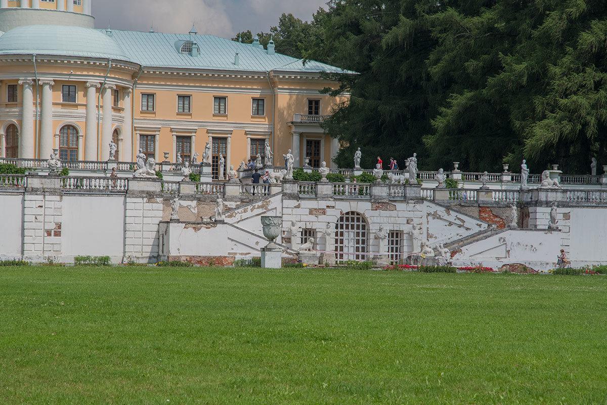Подпорные стены насыпных террас перед Большим дворцом в Архангельском, украшенные балюстрадами и скульптурами, по техническому состоянию нуждаются в ремонте.