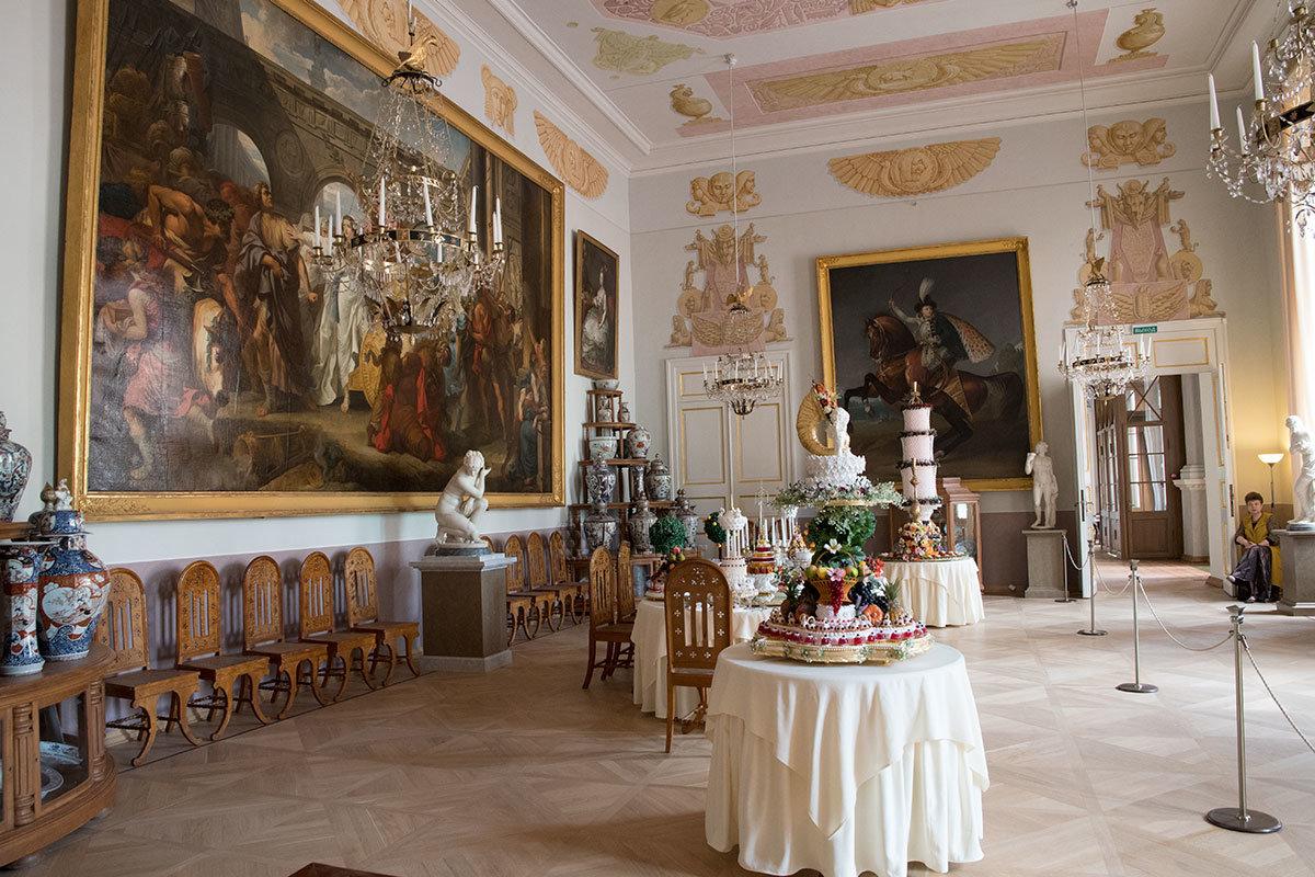 Парадную столовую Большого дворца в Архангельском украшают не только сервированные столы, но и произведения живописи.
