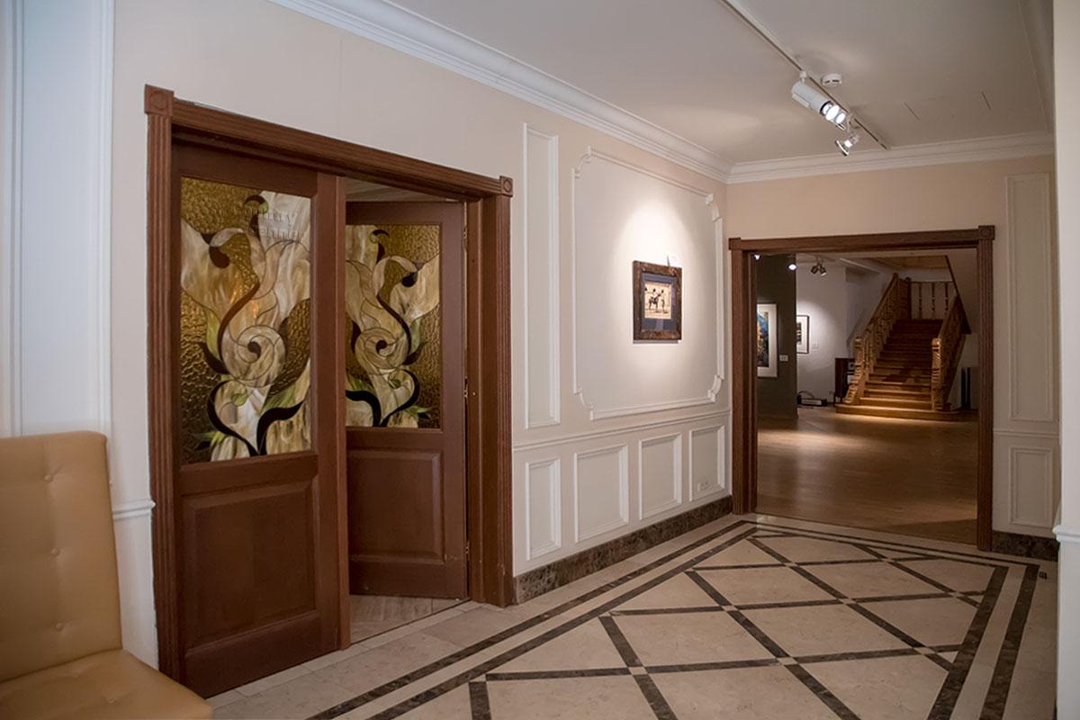 Приходящих посетителей галерея классической фотографии встречает настоящим музейным антуражем.
