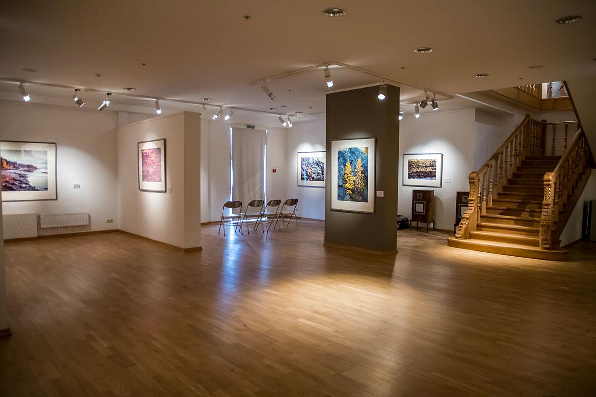 Наименьший по площади выставочный зал галереи классической фотографии расположен на первом этаже.