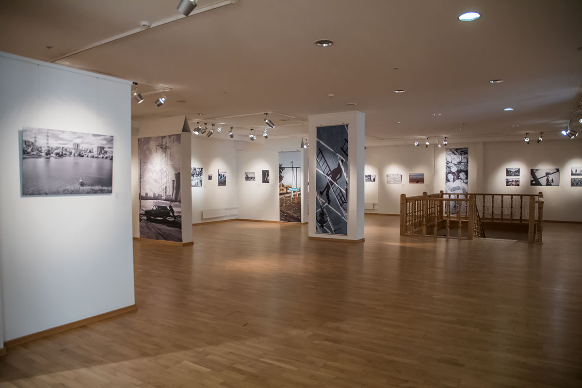 Вокруг ограждения лестничного проема галереи классической фотографии расположены выставочные площади Среднего зала.