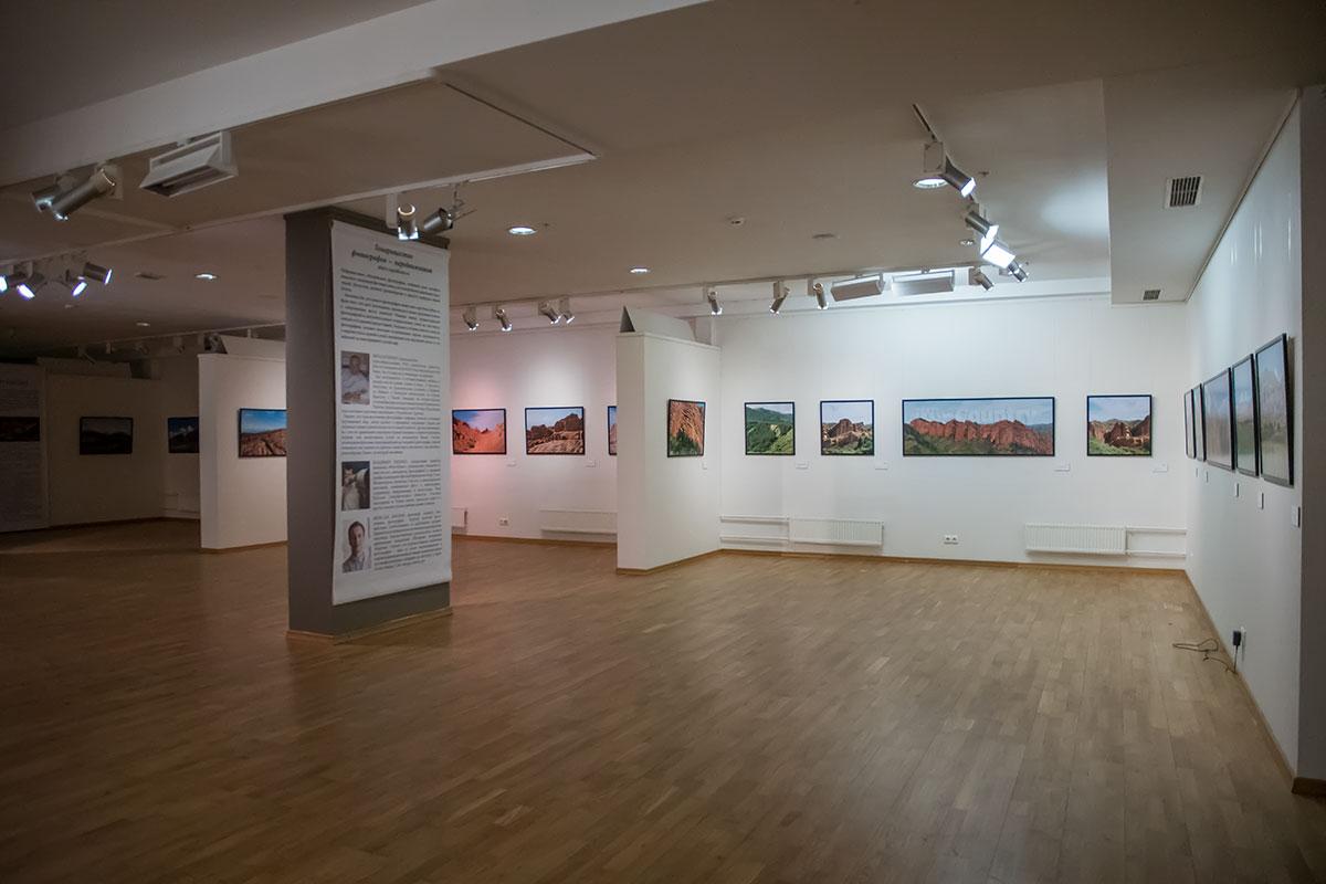 Большой зал в галерее классической фотографии отлично подходит для размещения экспозиций значительного объема.
