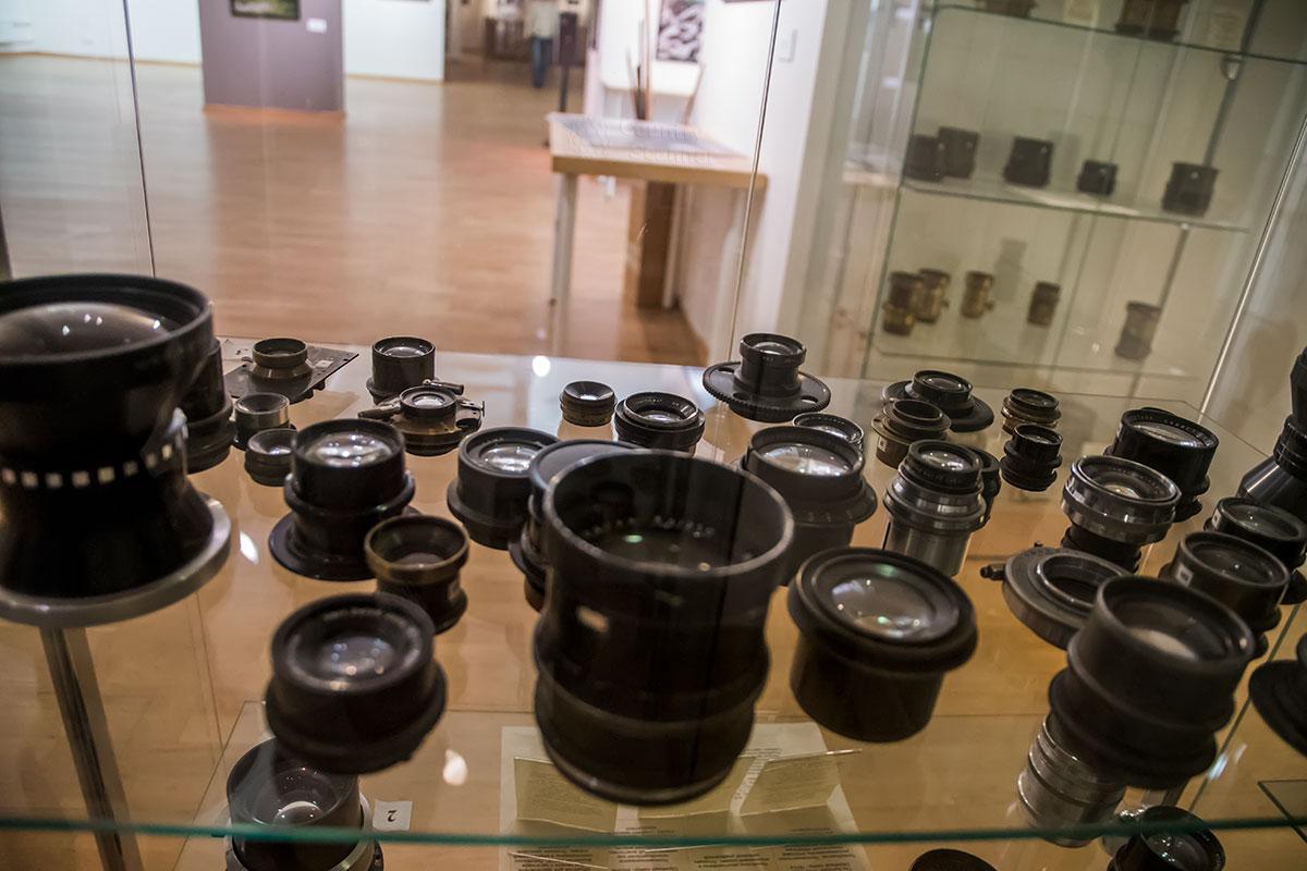 Галерея классической фотографии в собственном музее выставляет более 200 старинных объективов для фотокамер.