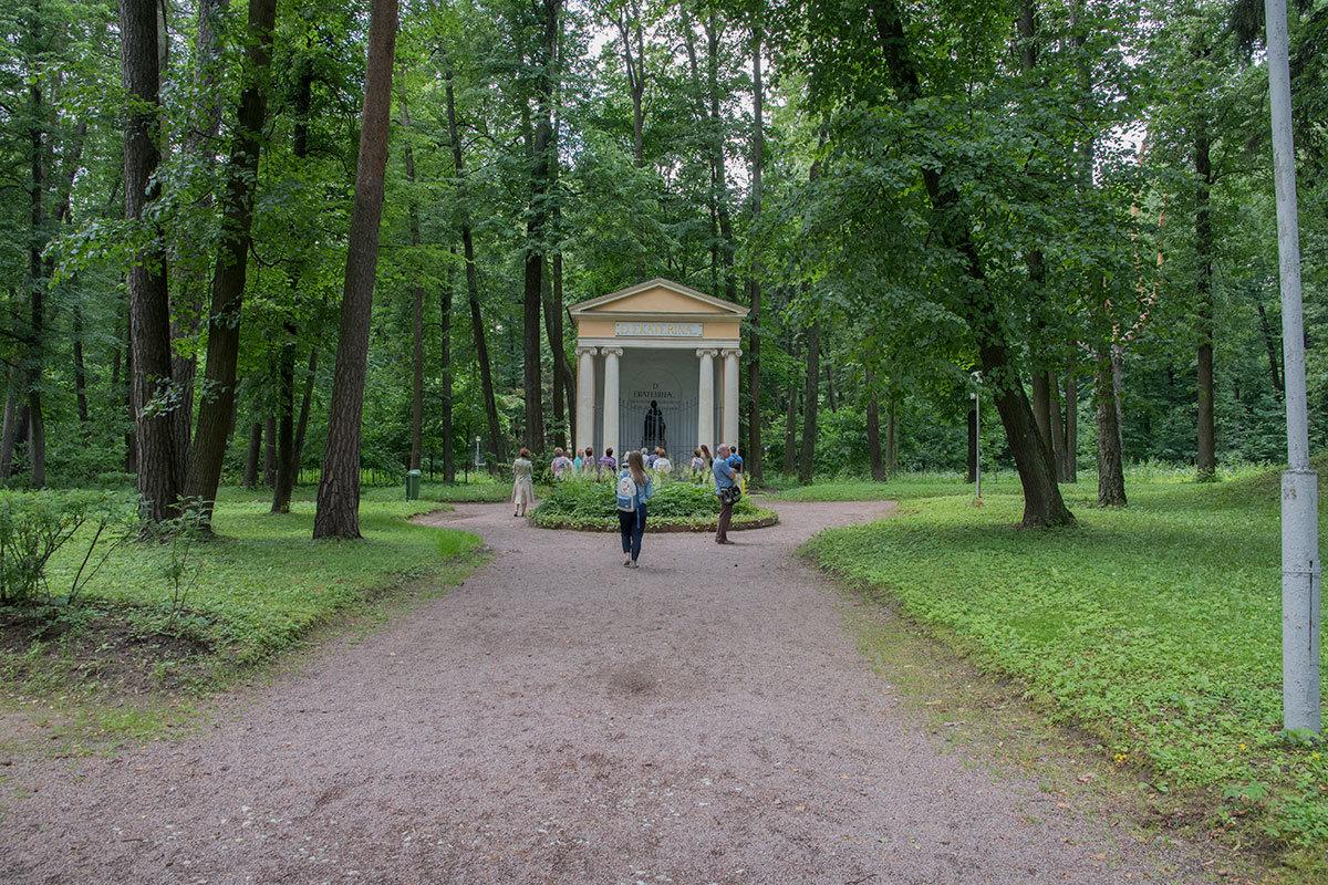Фронтальный вид на храм-памятник Екатерине, особенно в сезон цветения клумбовых растений, вполне респектабелен и фотогеничен.