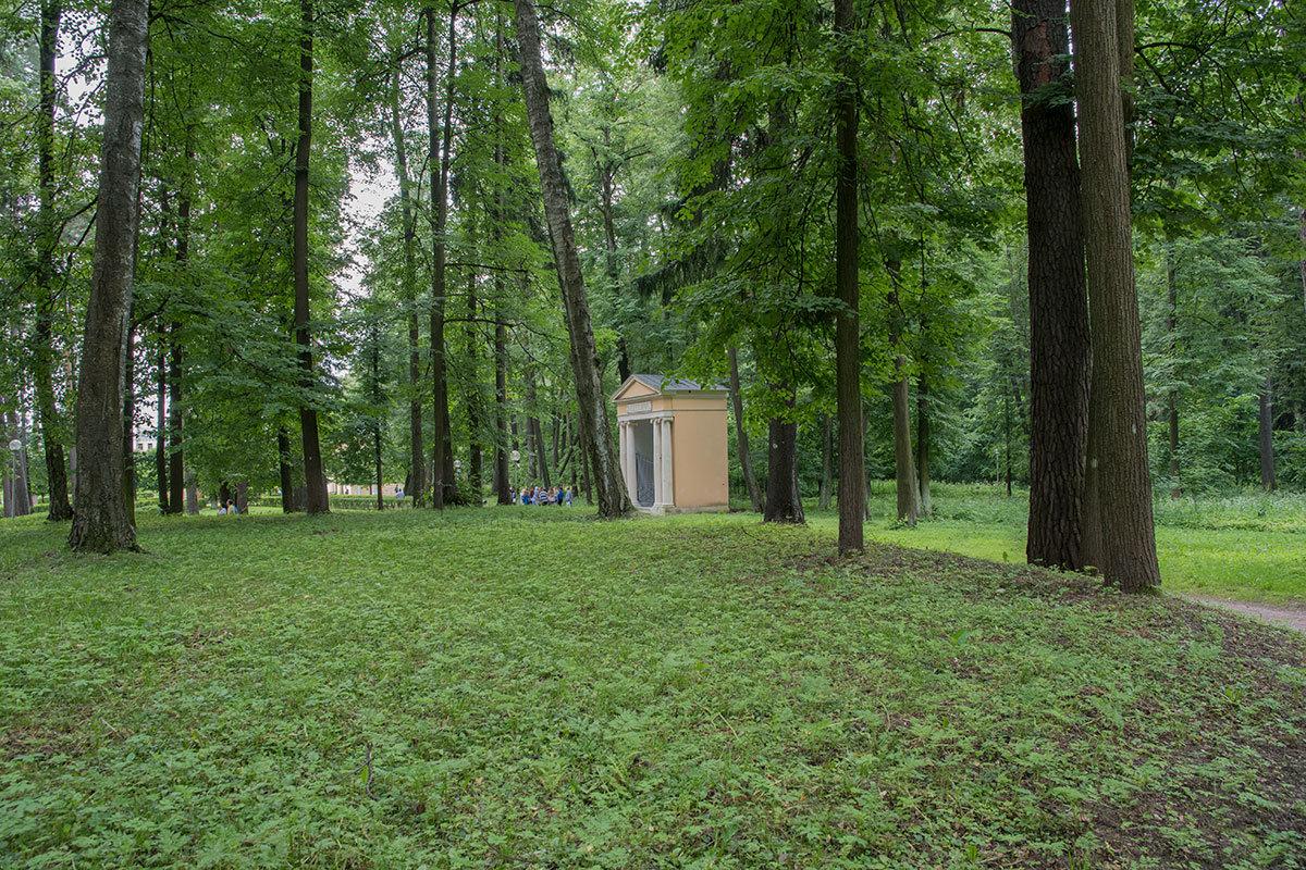 При боковом осмотре, не зная о нем заранее, храм-памятник Екатерине можно принять за парковое гигиеническое помещение.