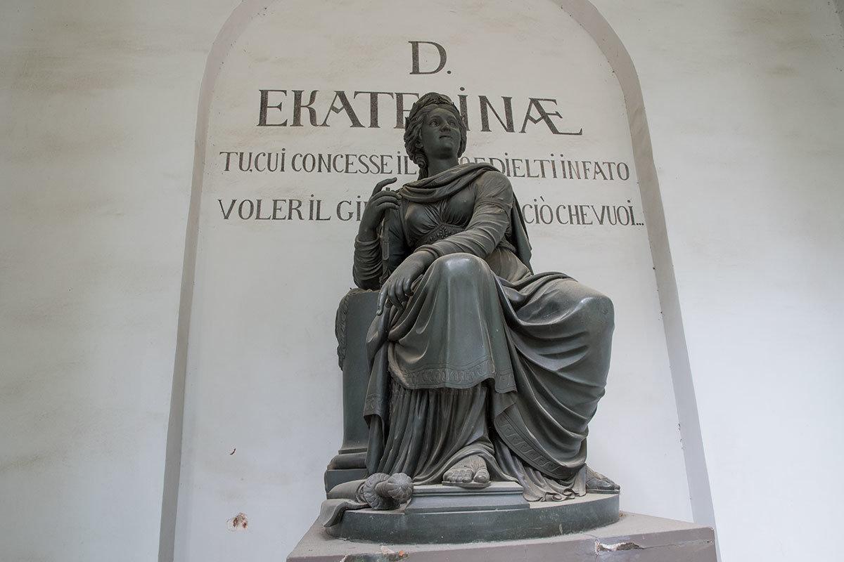Отличием статуи храма-памятника Екатерины от традиционного облика Фемиды является отсутствие повязки на глазах.
