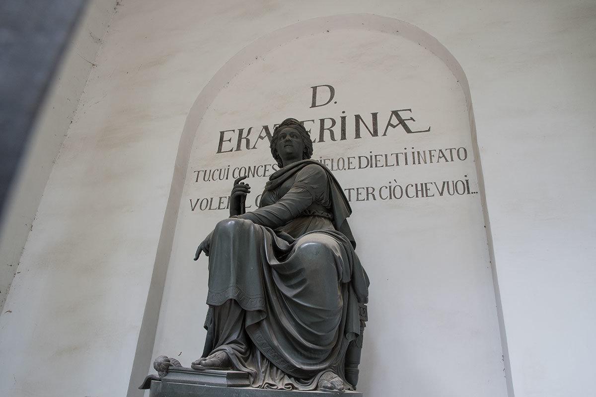 Внутри храма-памятника Екатерине установлена сидячая скульптура, изображающая императрицу в облике греческой богини правосудия.